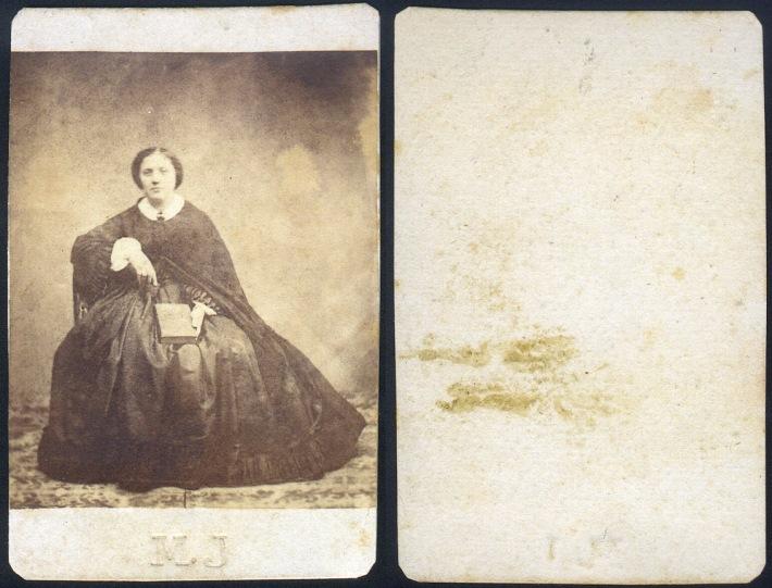 Primitiva carte-de-visite de fotògraf desconegut, amb les inicials d'aquest (M.J.) marcades al cartronet. Tant el paper albuminat com el cartronet estan tallats manualment. M. J. a 1861 Col·lecció de l'autor